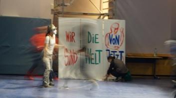 """Performance"""" Feder im Wind - Wir sind die Welt von Jetzt"""
