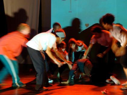 """2011- 13 Performance """"Sie wollen gar nichts"""" Tanztheater Gruppe Nukleon der Espektakularitaet Universitaet UEFS Brasilien - kuenstlerische Leitung Frank haendeler und Jolanda Renkawek 2011"""