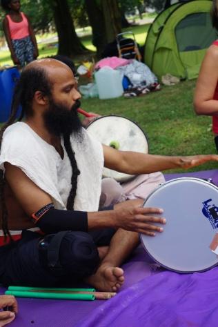 2016 Abenteuer Sommerferien Workshop 4 Musiker Geronimo Dehler in action - S Wedel - ÜberBrücken Frankfurt