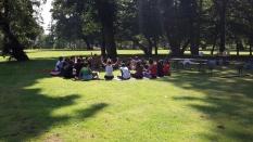 Abenteuer Sommerferien Workshop 4 Hoechst Stadtpark Circle Work sitting - F Haendeler - ÜberBrücken Frankfurt